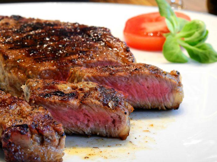 肉食シニアが食べているステーキ