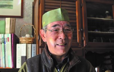 吉野芳郎さんの自分史のインタビュー中の写真